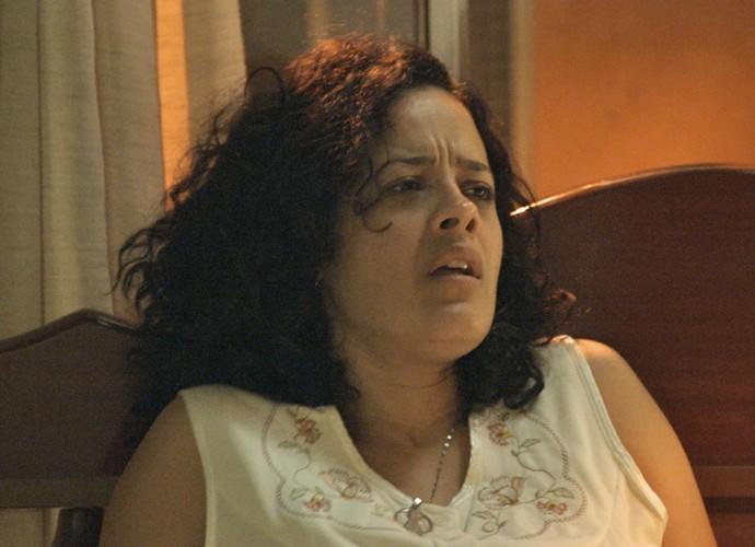 Domingas arde em febre e Juca não ajuda mulher (Foto: TV Globo)