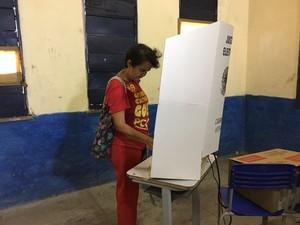 Eleições 2016 - Teresina-PI - Candidata Loudes Melo (PCO) durante votação (Foto: Aniele Brandão / TV Clube)