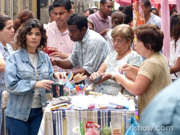 Elaine fica paralisada quando vê o amor do passado  (Foto: Império/TV Globo)