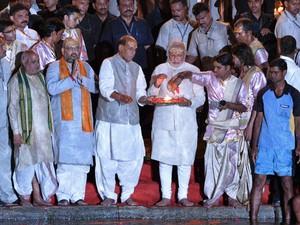 O primeiro-ministro eleito da Índia, Narendra Modi segura artefato religioso durante cerimônia às margens do rio Ganges (Foto: Roberto Schimidt/AFP)