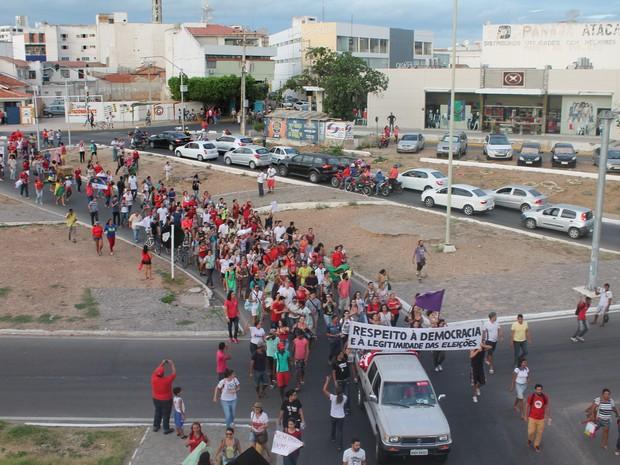 Manifestantes se organizam para tomar a ponte Presidente Dutra que liga PE e BA (Foto: Juliane Peixinho / G1)