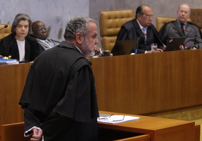 Sess&#227;o no Supremo Tribunal Federal para julgar a a&#231;&#227;o penal 470, conhecida como o Processo do mensal&#227;o. Na foto, Castellar Modesto Guimar&#227;es Filho, advogado do publicit&#225;rio Cristiano de Mello Paz, ex s&#243;cio de Marcos Val&#233;rio (Foto: Andr&#233; Coelho/Ag&#234;ncia O Globo)