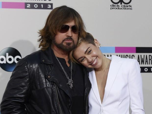 Miley Cyrus e o pai, Billy Ray Cyrus, no American Music Awards em Los Angeles, nos Estados Unidos (Foto: Mario Anzuoni/ Reuters)
