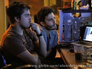 William pede ajuda de Guto para recuperar dados do HD do computador de Marlon (Foto: Inácio Moraes/TV Globo)