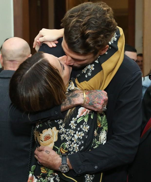 érika Mader ganha beijo apaixonado do marido, Pedro Carneiro (Foto: Roberto Filho/Brazil News)
