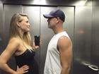 Bar Refaeli exibe barrigão de grávida em foto com o marido