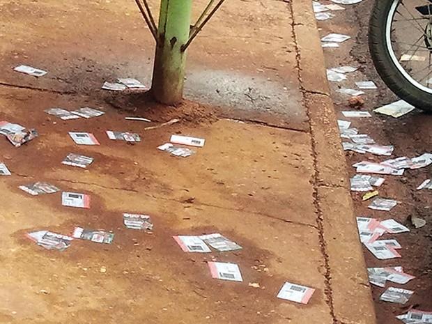Santinhos foram espalhados em local de votação em Cuiabá (Foto: Pollyana Araújo/G1)
