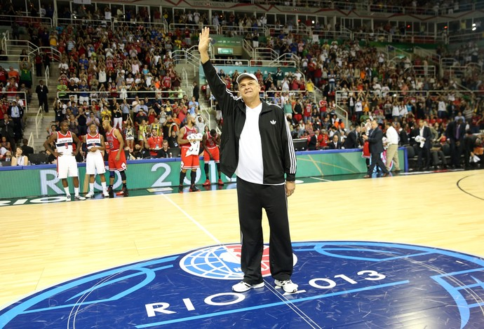 Oscar Schmidt foi homenageado no NBA Global Games Rio 2013  (Foto: Divulgação/NBA)