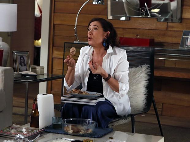 Ela também sabe apreciar as delícias da cozinha popular (Foto: Arthur Meninea/TV Globo)