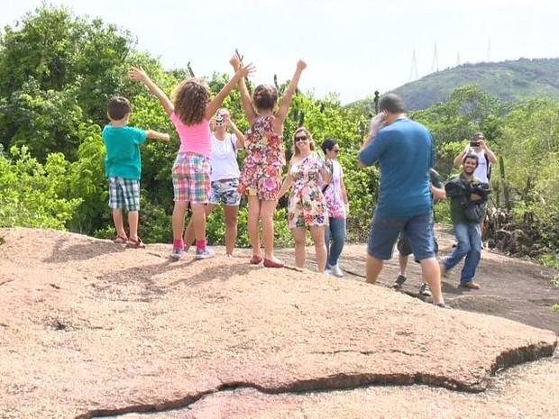 Frequentadores do parque no alto de uma trilha, no Espírito Santo (Foto: Reprodução/TV Gazeta)