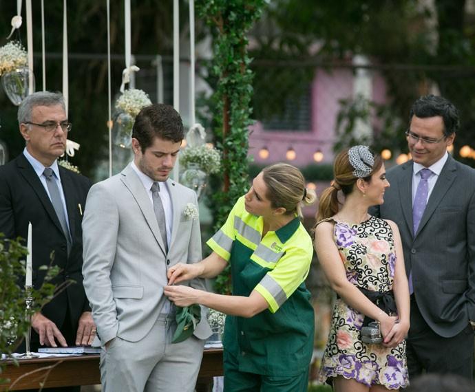 Soraya ajeita o terno de Ben antes da noiva chegar (Foto: Isabella Pinheiro/Gshow)