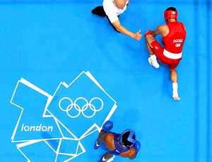 Esquiva Falc&#227;o na luta de boxe contra Anthony Ogogo (Foto: Reuters)