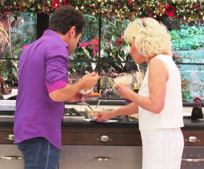 Daniel não tira o olho da receita do sorvete (Foto: Melina Mantovani / Gshow)