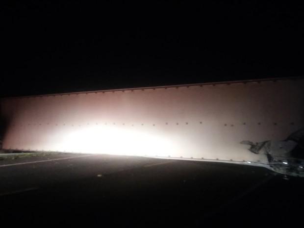Carreta tombou na pista após colisão (Foto: Divulgação / Polícia Rodoviária)