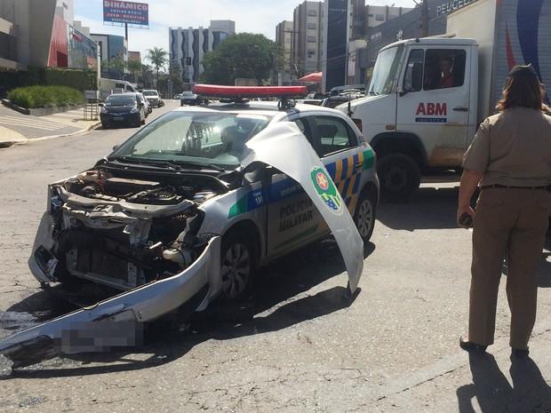 Carro da PM se envolveu em colisão em cruzamento do Setor Bueno, em Goiânia, Goiás (Foto: Paula Resende/G1)