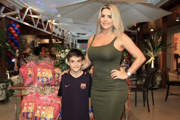 Záion e Mari Alexandre posam com as lembrancinhas da festa (Foto: Marcos Ribas/Brazil News)