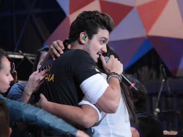 Luan Santana canta abraçado com fãs no programa Altas Horas (Foto: TV Globo/Altas Horas)