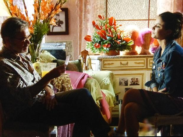 Amaralina diz a Duque que foto tem mais de 30 anos (Foto: Flor do Caribe/TV Globo)