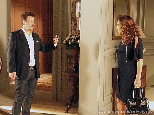 Mustafa manda Wanda se afastar de Aisha e pega colar de volta (Foto: Salve Jorge/TV Globo)