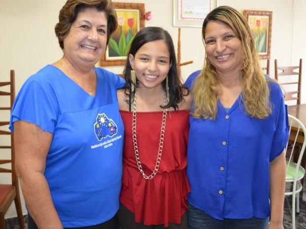 Carol comemora superação ao lado da mãe (à direita) e da 'madrinha' Giselda (Foto: Suzana Amyuni/G1)