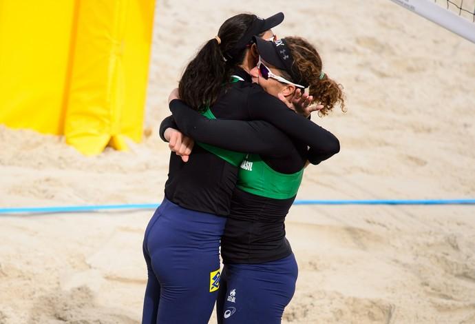 Talita e Larissa festejam vitória (Foto: Divulgação/FIVB)