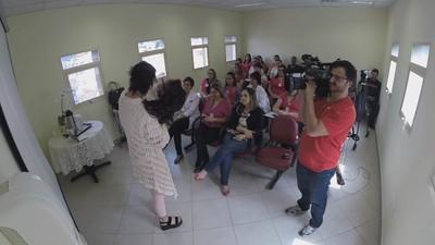 Gislene em conversa com enfermeiras de um ambulatório em SP (Foto: Reprodução: TV Globo)