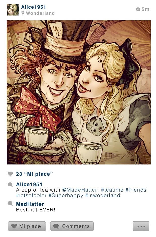 Alice e Chapeleiro Maluco tiram foto juntos durante chá da tarde na série 'Selfie Fables' (Foto: Divulgação/Simona Bonafini)