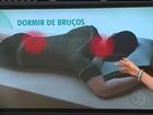 Sentir dor no corpo ao acordar pode indicar má postura durante o sono