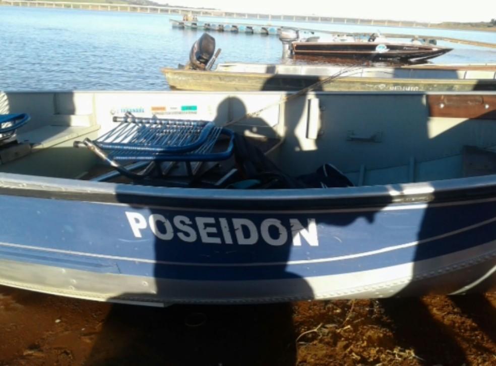 Barco utilizado por irmãos foi encontrado à deriva no Lago de Furnas (Foto: Reprodução EPTV)