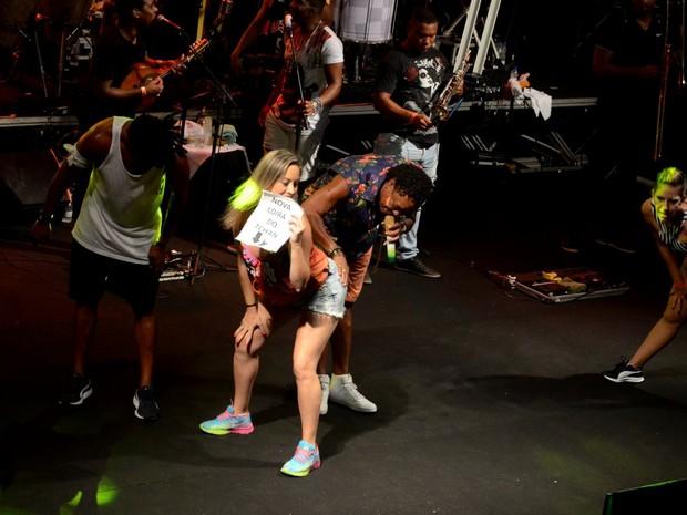 Compadre Washington com fã em show em Salvador, na Bahia (Foto: Webert Belicio/ Ag. News)