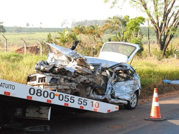 Carro ficou destruído e motorista morreu na hora (Foto: Jornal Folha de Ibitinga)