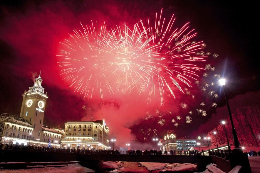 Queima de fogos de ano novo na vila olímpica de Krasnaya Polyana, na Rússia, uma das sedes dos Jogos Olímpicos de Inverno de Sochi
