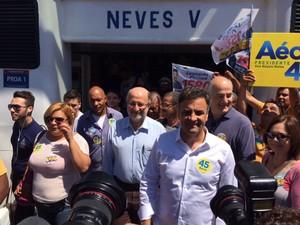 Aécio Neves faz caminhada ao chegar em Niterói (RJ) (Foto: Janaína Carvalho/G1)