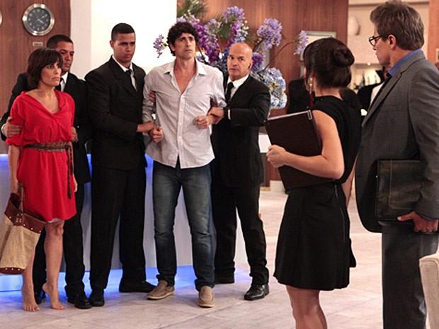 Agarrados pelos seguranças, Roberta e Nando são confundidos com mendigos (Foto: Guerra dos Sexos / TV Globo)