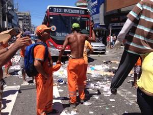 Garis espalharam lixo em manifestação na manhã desta segunda (Foto: Ketherine Giovanessa/Arquivo Pessoal)