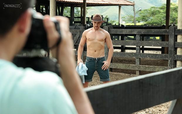 Making of Cézar Lima posando para o Paparazzo (Foto: Anderson Barros / Paparazzo)