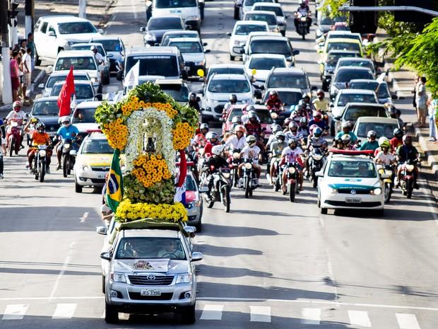 Centenas de pessoas acompanharam carreata com padroeira pelas ruas de Maceió (Foto: Jonathan Lins/G1)