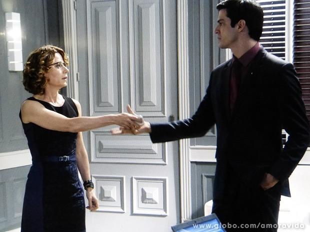 Félix pede que a secretária lhe entregue o celular (Foto: Amor à Vida / TV Globo)