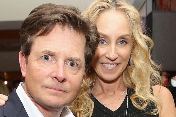 Michael J. Fox e Tracy Pollan se conheceram no set da série 'Caras e Caretas' em 1985, mas só começaram um relacionamento anos depois. O casamento deles é à prova de balas: resistiu aos filhos, às dificuldades e à doença de Parkinson de Michael. (Foto: Getty Images)