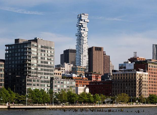 Com 243 metros de altura e 10 coberturas, arranha céu em Nova York chama atenção pelo formato inusitado (Foto: reprodução)