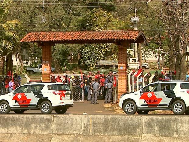 Grupo deixou o Polo Regional de Pesquisa após cinco horas de ocupação (Foto: Reprodução/EPTV)