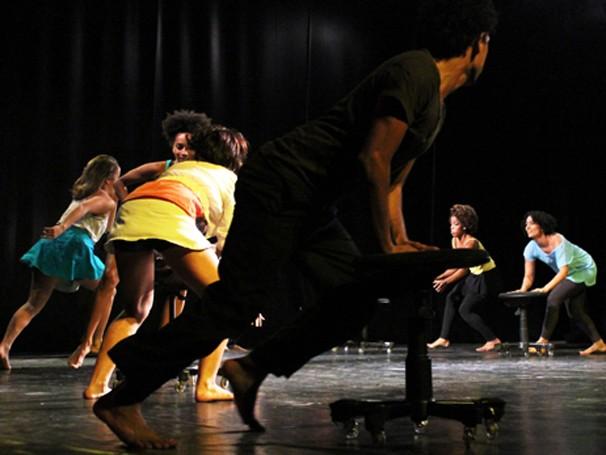 """Alunos da Cia de Dança em ensaio de """"Corpos Móveis"""", em cartaz a partir de abril (Foto: Yuri Corrêa)"""