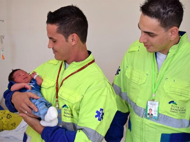 Socorristas seguram bebê que nasceu em carro na Rodovia Dom Pedro I, em Campinas (Foto: Divulgação / Rota das Bandeiras)