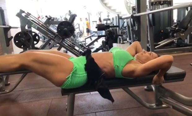 Scheila Carvalho malha o tanquinho (Foto: Reprodução Instagram)