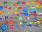 Estudante faz sucesso ao colecionar brinquedos abandonados nas praias