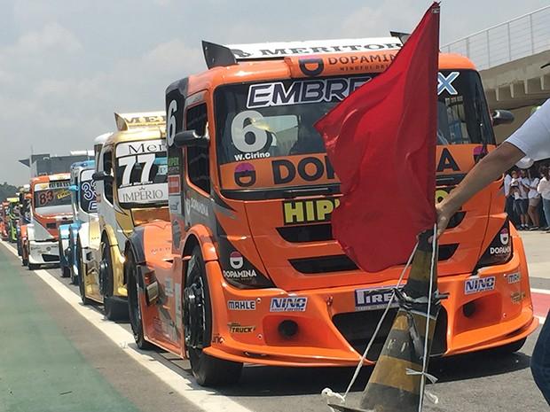 A fila dos Truck na saída de box para classificação (Foto: Conexão Saloma)