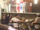 Bruno Gagliasso e Giovanna Ewbank trocam carinhos em restaurante no Rio