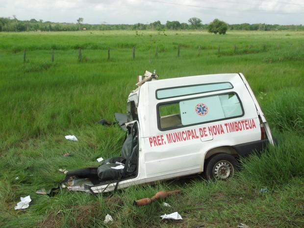 Ambulância Acidente BR-316 (Foto: Edivaldo Mendes/O Liberal)