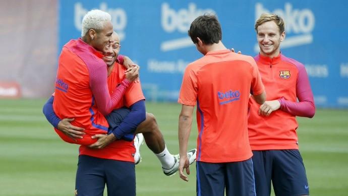 BLOG: Neymar não dá bola para polêmica e brinca durante o treinamento do Barça