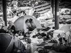 Foto registra beijo de refugiados em tenda em acampamento na Hungria